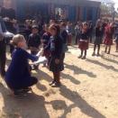Wandelen en donaties afleveren in de Himalaya